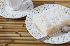 Сладостный кокос пудинга кускус на винтажной плите, кофе Стоковые Фотографии RF