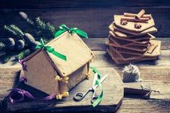 Сладостный коттедж пряника как подарок рождества на деревянном столе Стоковое Изображение