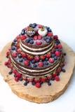 Сладостный красивый whit торта приносить на белизне Стоковое Фото