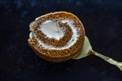 Сладостный крен тыквы с соусом mascarpone Стоковые Фотографии RF
