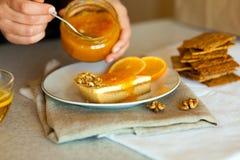 Сладостный кусок пирога распространенный с вкусным оранжевым вареньем Стоковое фото RF