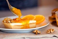 Сладостный кусок пирога распространенный с вкусным оранжевым вареньем Стоковые Изображения