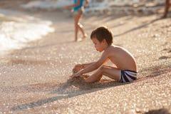 Сладостный мальчик preschooler, playin на пляже с песком Стоковое фото RF