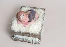 Сладостный милый ребёнок спать на ее животе стоковые изображения rf
