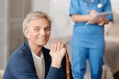 Сладостный пожилой человек получая некоторый совет от доктора Стоковые Изображения
