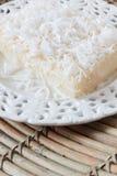 Сладостный пудинг кускус с кокосом на белой винтажной плите на wo Стоковые Изображения RF