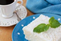 Сладостный пудинг кускус (тапиоки) (doce cuscuz) с кокосом Стоковые Изображения