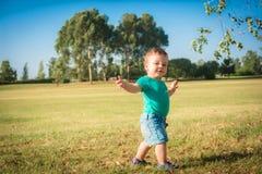Сладостный ребёнок сидя в парке осени стоковые фото