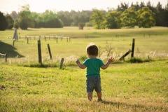 Сладостный ребёнок сидя в парке осени стоковые изображения