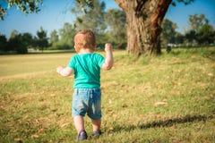 Сладостный ребёнок сидя в парке осени стоковое изображение