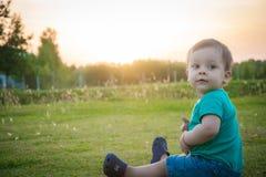 Сладостный ребёнок сидя в парке осени стоковое фото