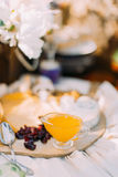 Сладостный состав опарника груши окруженный сухофруктом и сыром расположенными на деревянной запачканной доске на Стоковое фото RF