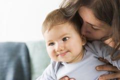 Сладостный усмехаясь ребёнок смеясь над вместе с его матерью. стоковое фото rf
