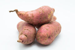 Сладостный фиолетовый плодоовощ корня картошки на белизне Стоковое Изображение RF