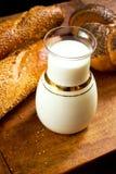 Сладостный хлеб с молоком стоковая фотография rf
