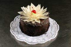 Сладостный шоколадный торт с вишнями на серой предпосылке Стоковые Изображения RF