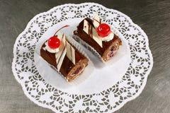 Сладостный шоколадный торт с вишнями на серой предпосылке Стоковая Фотография RF