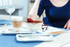 Сладостный latte десерта и кофе для женщины сидя в кафе Стоковое фото RF