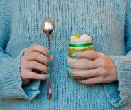 Сладостный milky десерт с кивиом и гайками в руках девушки Стоковая Фотография RF