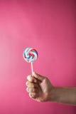 Сладостным конфета покрашенная кругом в руке Стоковая Фотография RF