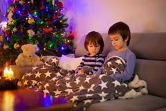 2 сладостных дет, братья мальчика, играя на телефоне Стоковые Фото