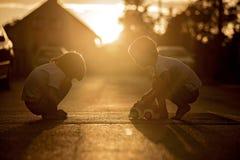 2 сладостных дет, братья мальчика, играя с автомобилем забавляются на s Стоковые Фотографии RF