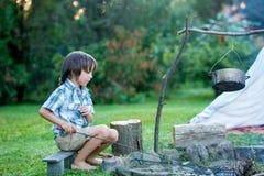 2 сладостных дет, братья мальчика, располагаясь лагерем вне летнего времени дальше Стоковые Фото