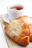 2 сладостных плюшки и чашки чаю Стоковая Фотография RF