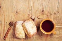 2 сладостных плюшки и чая Стоковая Фотография