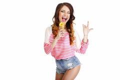 сладость Милая девушка с очень вкусный усмехаться мороженого стоковое фото rf