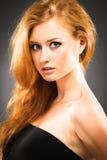 с волосами женщина красного цвета портрета стоковые изображения