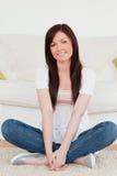 с волосами представляя красная сидя ся женщина стоковые изображения