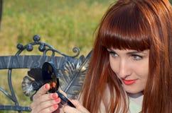С волосами девушка смотрит в зеркале Стоковое Изображение RF