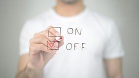 С, выбирающ тиканием, сочинительство человека на прозрачном экране Стоковое фото RF