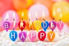 С днем рождения написано в освещенных свечках Стоковое фото RF