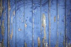 Слезать голубую краску на деревянных двери или загородке Стоковое Фото