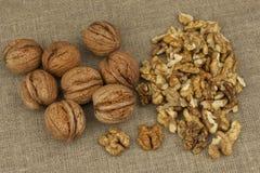 Слезать свежие грецкие орехи, подготовка десерта грецкого ореха Грецкие орехи на кухонном столе еда здоровая Стоковое Изображение