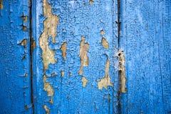 Слезающ голубую краску от старой деревянной двери и паука гнездитесь стоковое фото