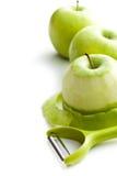 Слезли зеленое яблоко с peeler Стоковые Фотографии RF