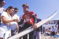 Слейтер Келли, 7 приурочивает автографы чемпиона мира занимаясь серфингом подписывая, США раскрывает заниматься серфингом, случай стоковое изображение