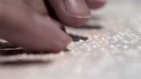 Слепая рука с касанием инвалидности и прочитанным текстом сток-видео