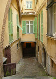 Слепая улица и старое здание в Франции Стоковые Изображения RF