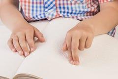 Слепой мальчик читает книгу написанную на Шрифте Брайля Стоковое Изображение RF