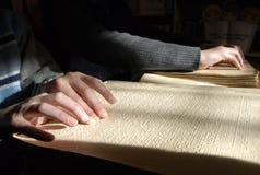Слепой текст чтения в Шрифте Брайля конец-вверх человеческих рук читая b Стоковое Изображение RF