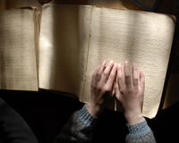 Слепой текст чтения в Шрифте Брайля Стоковое Изображение RF