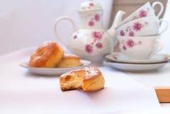 Сдержанная плюшка для завтрака, чашки чаю и меньших дрожжей свертывает Стоковая Фотография