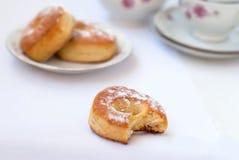 Сдержанная плюшка для завтрака, чашки чаю и меньших дрожжей свертывает Стоковое фото RF