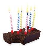 Сдержанная часть именниного пирога с горящими свечами Стоковые Фотографии RF