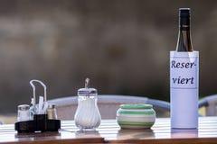 Сдержанно знак на таблице ресторана Стоковые Изображения