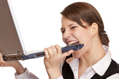 сдерживает расстроенную делом женщину усиленную компьтер-книжкой Стоковое фото RF
